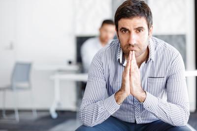 坐在办公桌前的男性上班族