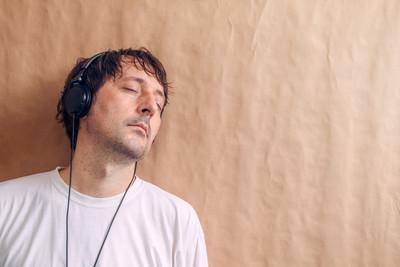 成年男性享受听喜爱的音乐播客上 headp