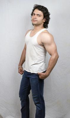 印度健身男模在白色背心