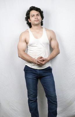 白色背心健身男模