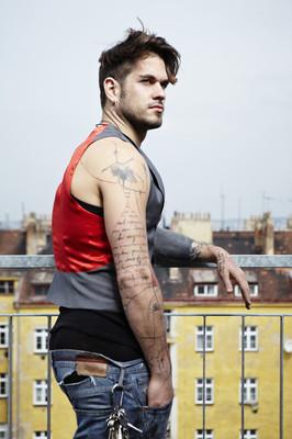 年轻的纹身男模特