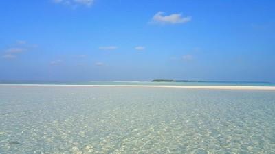 在阳光明媚的热带天堂岛与水的蓝色天空海洋水 4 k P02868 马尔代夫美丽的白色沙滩背景