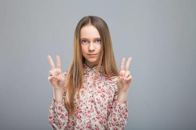 女孩表明和平的手势