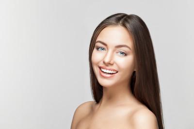 女人的微笑。牙齿美白。牙科护理服务