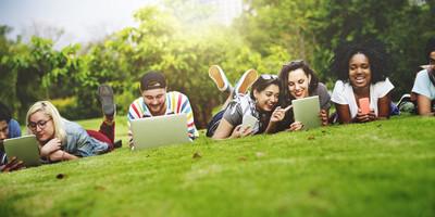 大学生使用无线设备