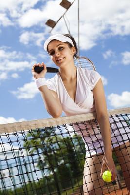 女人举行网球球