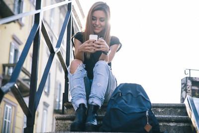 年轻女子发短信