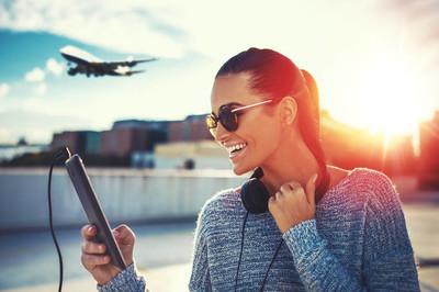 由平板电脑购买机票的幸福女人
