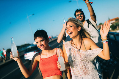 一群年轻的朋友在音乐节玩得开心