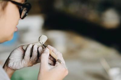 在陶艺工作室工作的女人