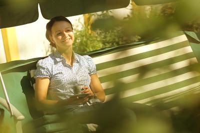 在晴朗的日子秋千上年轻快乐妇女