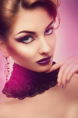 垂直肖像的紫罗兰色的严重女人弥补