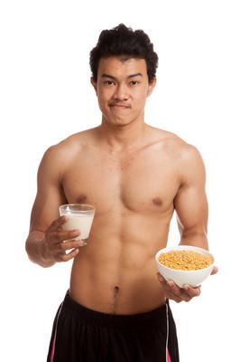 大豆和大豆牛奶肌肉亚洲男人