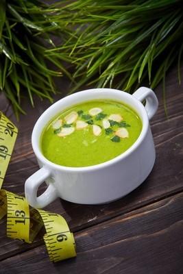 西兰花奶油汤与冷杉分支在木桌上, 特写
