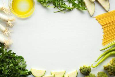 在白色背景上的绿色蔬菜