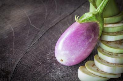 在木头上茄子有机食品