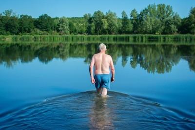 老人走进了水