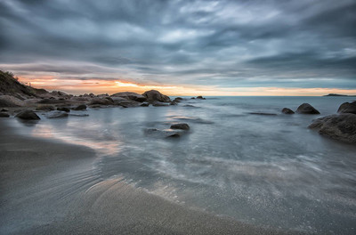 海上日出。在多云早上日出前的海景。美丽的自然海景,蓝色小时。岩石的日出。海上日出在黑海海岸附近阿蒂亚,Chernomoretz
