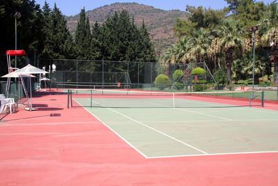 网球场在阳光灿烂的日子