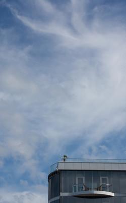 天空、 云层和现代建筑