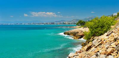 西班牙高夏的海岸线观