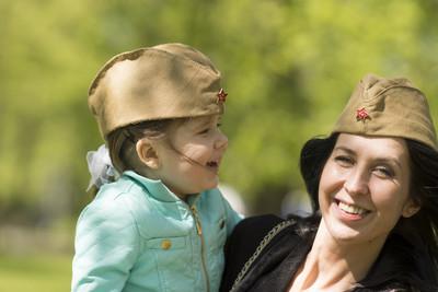 母亲和女儿在前面牧草帽在 5 月 9 日胜利日