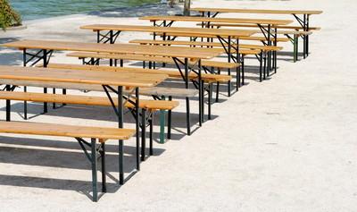 木制长椅和表中的行