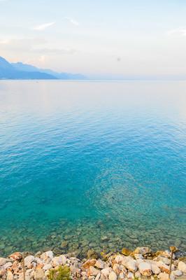 岩石海岸的海在凯梅尔