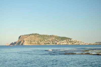 海岸上的山。海滨小镇