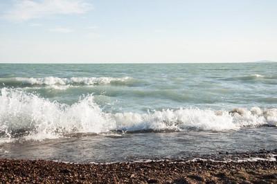沙滩上的卵石石, 海的波浪与泡沫