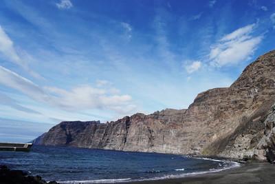 天空在岩石和石海岸之上。海风景