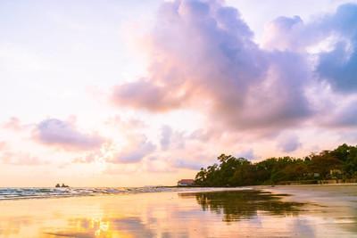 海滩的美丽日落和海过滤器处理