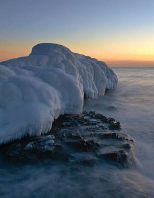 夕阳下冰冷的冬海海岸
