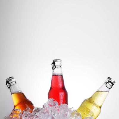 与冰的饮料瓶