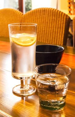 桌上的冷饮的眼镜