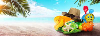 夏季背景与海星和配件在沙滩上
