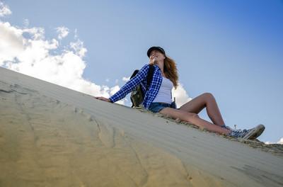 女人在沙漠中的旅行者