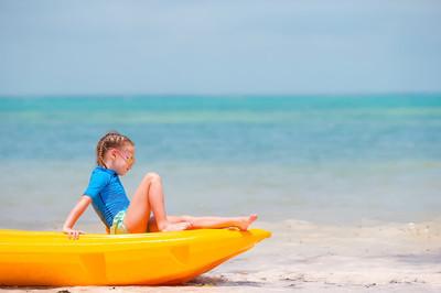 可爱的小女孩,在暑假期间皮划艇