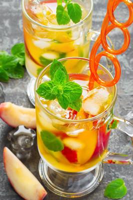 夏季饮料桃子甜茶与冰和薄荷