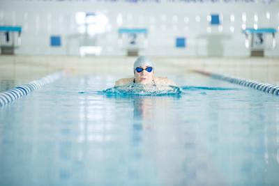 年轻女孩在护目镜游泳蛙泳描边样式