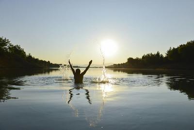 清晨游泳, 迎接太阳