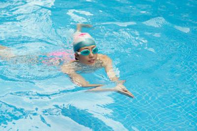 女孩游泳蛙泳