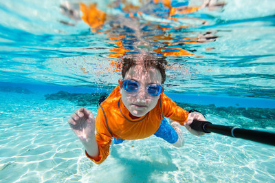 水下游泳的男孩