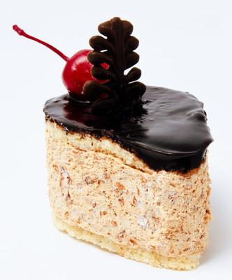 与顶级甜品孤立在一张白纸上的樱桃蛋糕