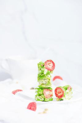 静物美食摄影~~一组亮调简约小甜品草莓抹茶雪花酥