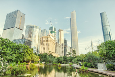 公园和城市的摩天大楼