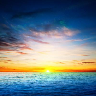 抽象的春天背景与海上日出