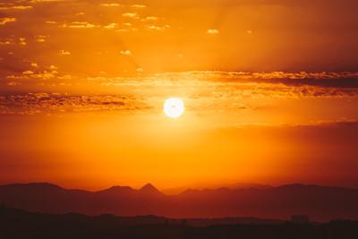 美丽的日落日出过黑暗山的轮廓。阳光