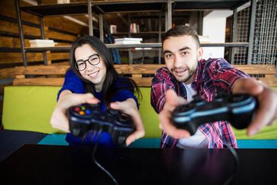可爱情侣玩视频游戏