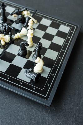 国际象棋的棋盘上黑色的桌子
